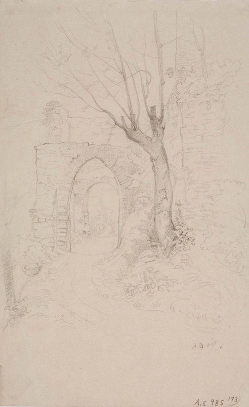 Are-linnan rauniot, näkymä kahden porttiholvin läpi
