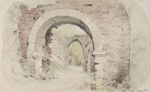 Alternahrin linnanrauniot, näkymä kahden porttiholvin läpi