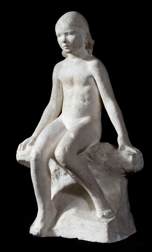 Istuva alaston tyttö