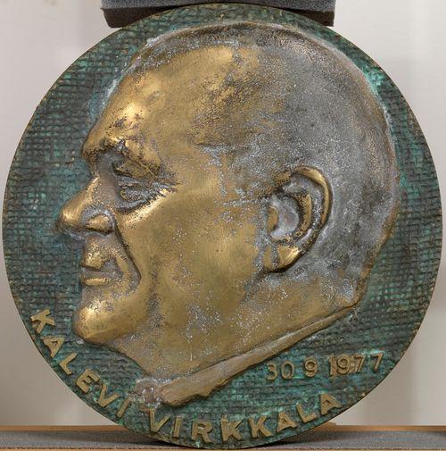 Professori Kalevi Virkkalan reliefimuotokuva mitalia varten